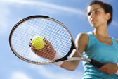 Young woman playing tennis — Стоковое фото