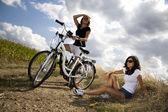 Mladé dívky, jízda na kole — Stock fotografie