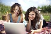 Dziewczyny z laptopa — Zdjęcie stockowe