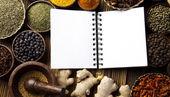 Livre de cuisine et épices — Photo