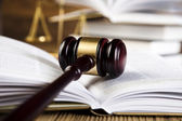 Juridische hamer op een boek van de wet — Stockfoto