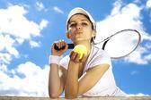 テニス ・ ボールを保持している女性 — ストック写真