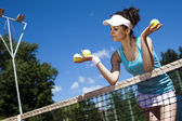 Woman holding tennis balls — Foto Stock
