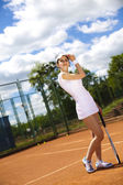 Chica jugando al tenis en la cancha — Foto de Stock