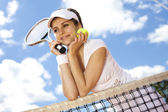 Woman standing near tennis grid — Foto de Stock