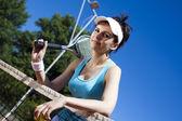 Kvinna nära tennis netto — Stockfoto