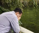 Stressato uomo nel parco — Foto Stock