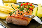 Grilled salmon and vegetables — 图库照片