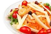 свежий салат с помидорами, морковью и сыром — Стоковое фото