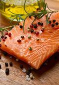 Filet de saumon frais sur planche de bois — Photo