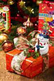 Noel ağacı ve noel hediye kutuları — Stok fotoğraf