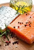 Filete de salmón fresco en el tablero de madera — Foto de Stock