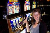 スロット マシンのカジノの女性 — ストック写真