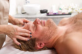 Man getting massage in thebeauty center — Foto Stock