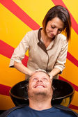 Washing man hair in beauty parlour hairdressing salon — Stockfoto