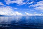 Weiße wolken blauer himmel über dem meer — Stockfoto