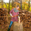 Woman chopping and splitting wood — Stock Photo