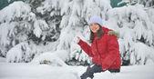 Dívka si hraje se sněhem — Stock fotografie