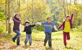 Enfants heureux et des feuilles d'automne — Photo