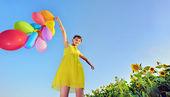 Niña jugando con globos — Foto de Stock