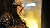 Arbetare och produktion av gjutjärn — Stockfoto
