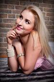 Mutlu sarışın genç kadın portresi — Stok fotoğraf