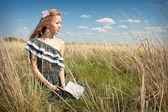 çimenlerin üzerinde kitap siting ile asyalı kadın — Stok fotoğraf