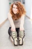 Jovem mulher fazendo exercício com uma bola de ginásio — Foto Stock