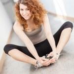 giovane donna fare esercizio di stretching — Foto Stock
