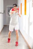 Boxeador con guantes rojos en un gimnasio — Foto de Stock