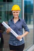 Retrato de mujer constructor con planos — Foto de Stock