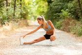 Sexy blonde vrouw doet rekoefeningen — Stockfoto