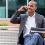 アフロ アメリカンのマネージャー、ベンチに座っていると電話をかけ — ストック写真