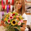 Female Florist is creating a colorful bouquet — Stock Photo