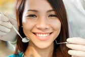 Retrato de mujer asiática hermosa sentada en el dentista — Foto de Stock