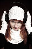 Mulher de cabelo vermelho com a roupa de inverno, ouvir música — Fotografia Stock