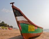 Красочные лодки на пляже — Стоковое фото