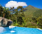 Poolen på vulkanen arenal — Stockfoto