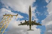 Aterrizaje de avión de pasajeros — Foto de Stock