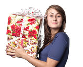 Woman holding a gift box — Stockfoto