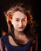 Porträtt av en vacker ung kvinna o — Stockfoto