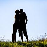 silueta de una mujer besando a un hombre — Foto de Stock