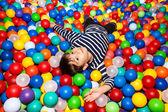 Pojke leker med bollar — Stockfoto