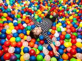 мальчик играет с шариками — Стоковое фото