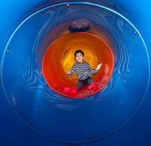 Pojke på lekplatsen — Stockfoto