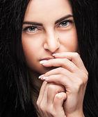 Giovane brunetta cercando pensieroso — Foto Stock