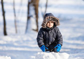 Chico guapo jugando con nieve — Foto de Stock