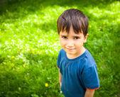 Ragazzo carino in piedi sull'erba — Foto Stock