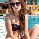 スイミング プールのそばの女性 — ストック写真