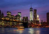 манхэттен ночью с огнями и отражений — Стоковое фото